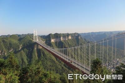 橫跨400米深峽谷 矮寨大橋聳入雲霄