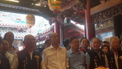 韓國瑜新港奉天宮參拜 廟前路燈遭貼嘲諷文宣