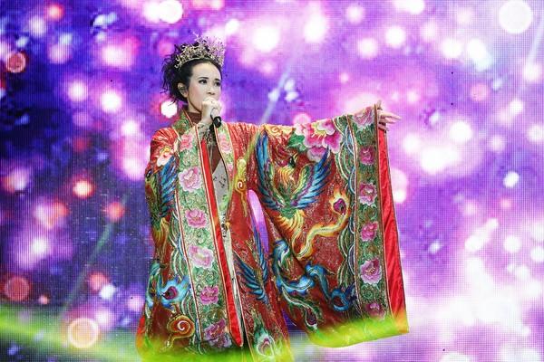 ▲莫文蔚在咸陽開唱,穿上鳳袍、鎧甲。(圖/莫家寶貝工作室提供)