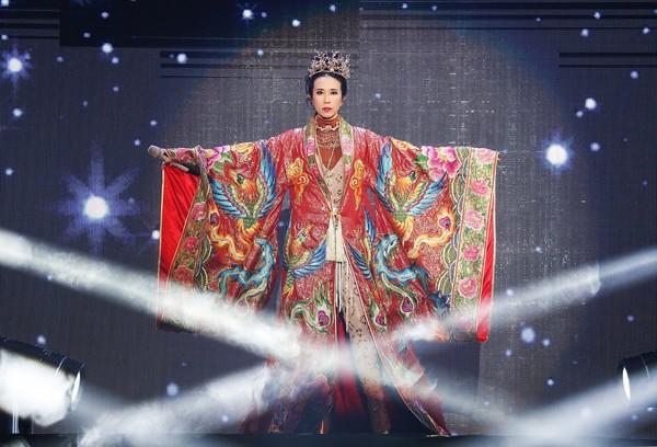 ▲莫文蔚在咸陽開唱,穿上鳳袍。(圖/莫家寶貝工作室提供)