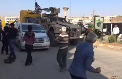 美軍遭敘北庫德族「馬鈴薯砸車」相送!