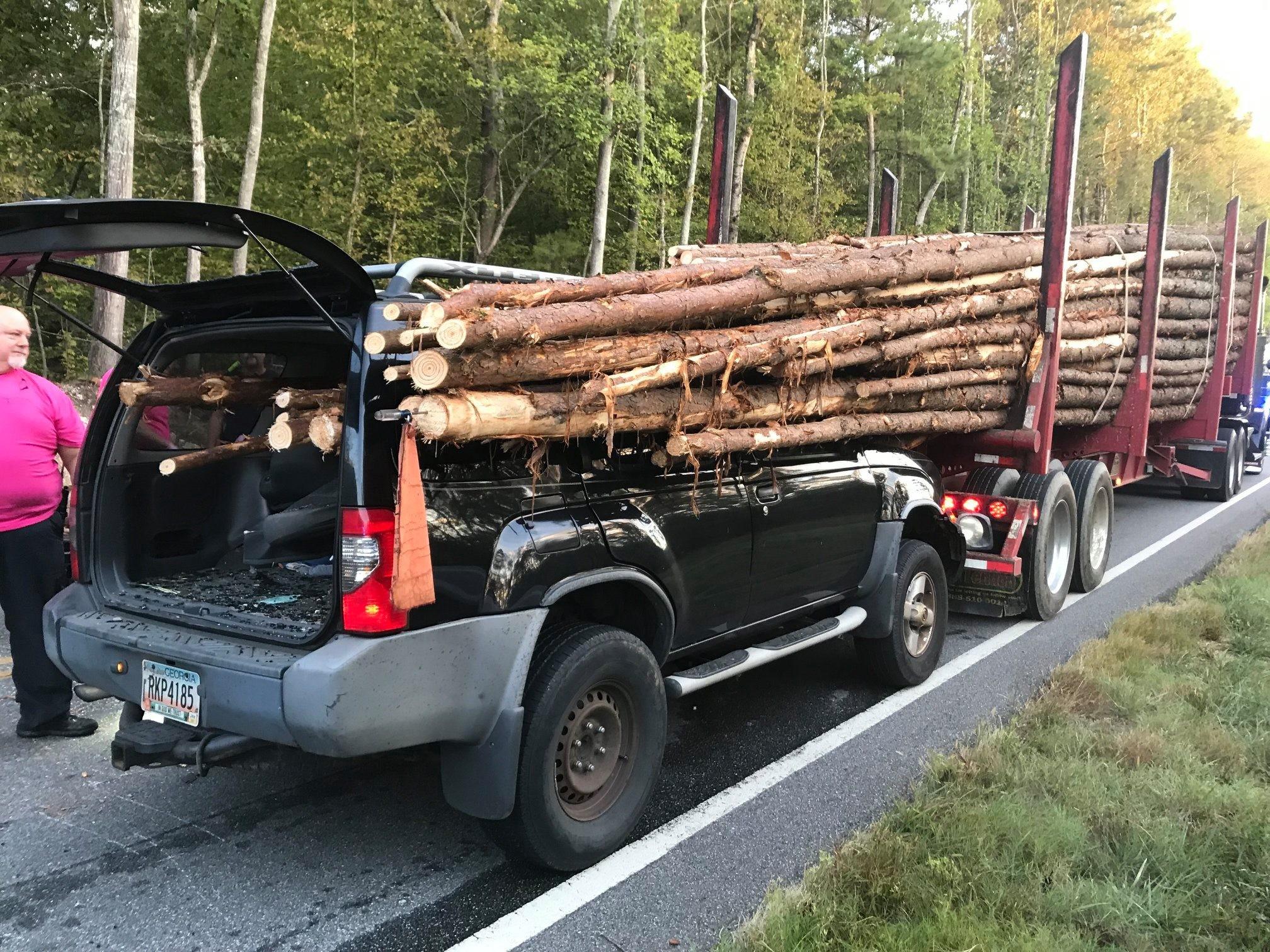 ▲原木貫穿車體。(圖/翻攝自Facebook/Whitfield County Fire)