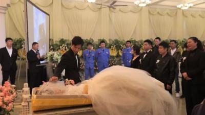 殯儀館辦婚禮! 新郎忍淚畫面超虐心