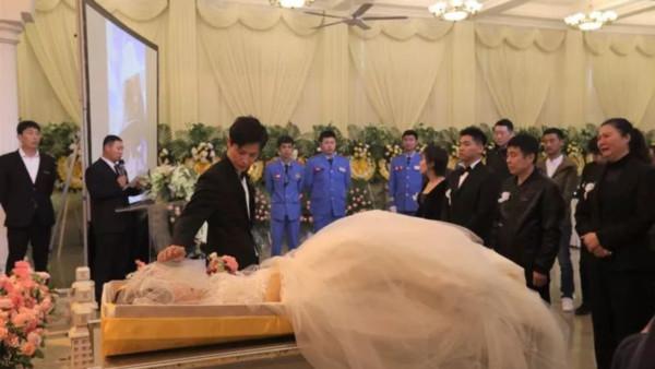▲在殯儀館舉辦婚禮。(圖/翻攝自澎湃新聞)