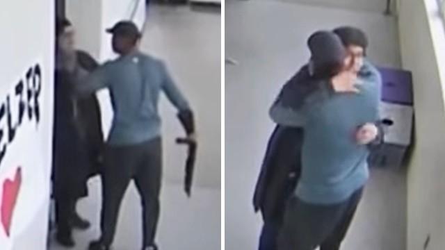 一句「我在乎你」拉回持槍學生!無畏他的槍已經上膛,英勇教練緊抱不放
