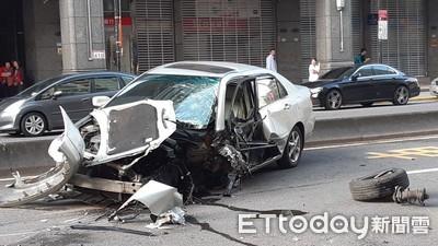 即/永春捷運站外「巨大聲響」 駕駛自撞車頭全毀