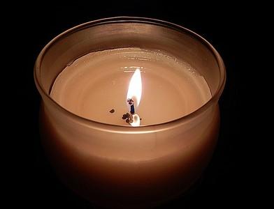 男友暴斃 她伴屍、點香氛蠟燭掩臭味
