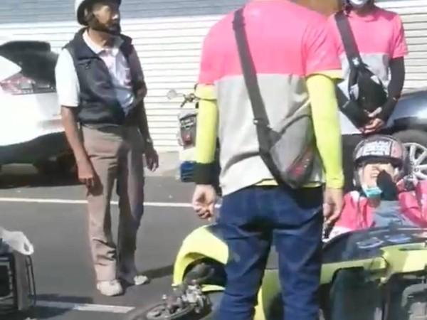 影/foodpanda女外送員遭三寶擊落 同事圍上去遭誤解「外送員撞成一團」