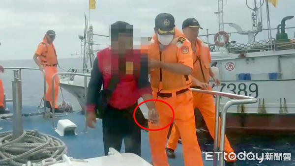 漁工釣鬼頭刀船顛簸「大魚鉤穿手」! 海巡艇速接駁送醫