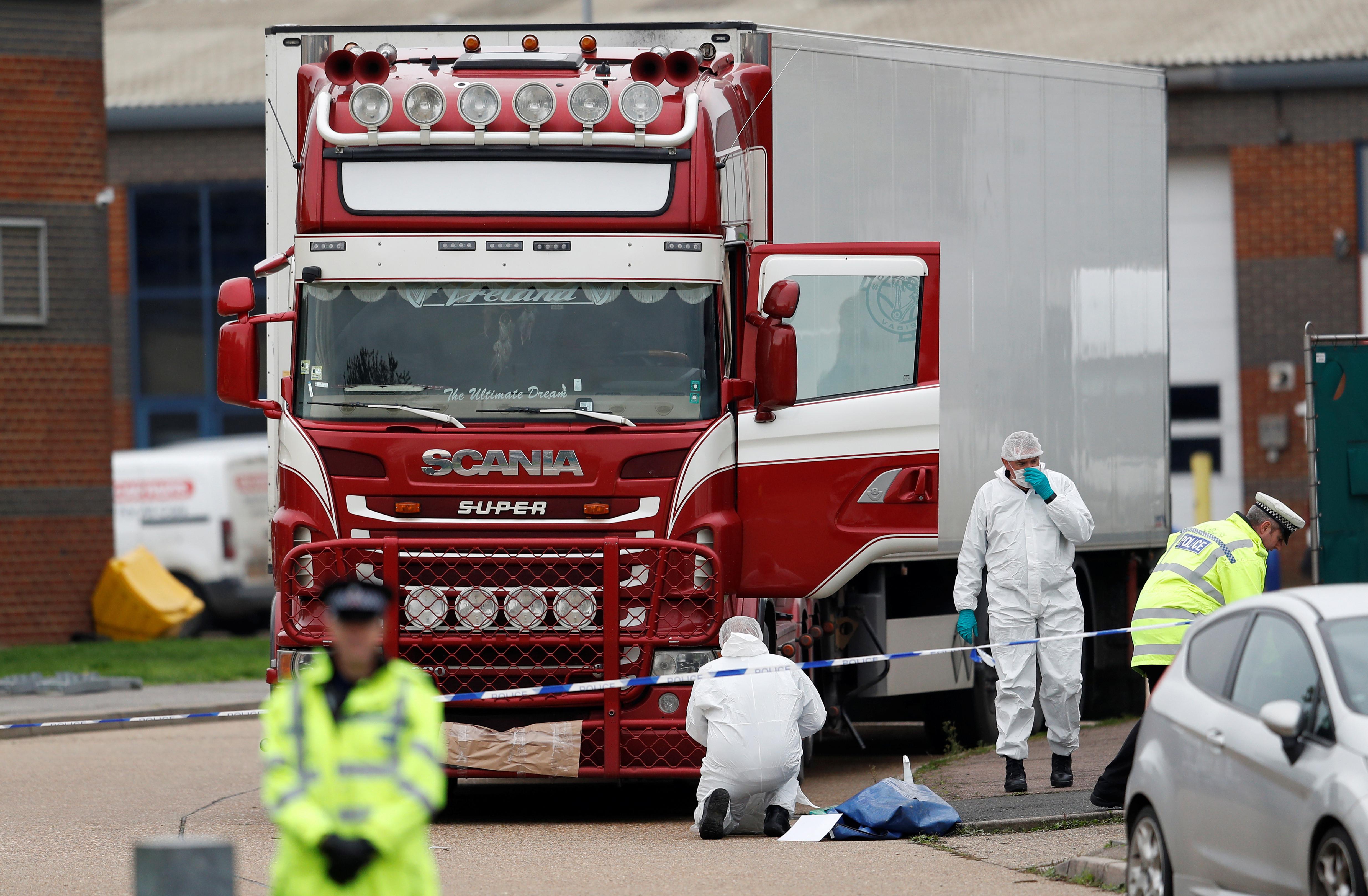 ▲▼英國貨櫃箱屍案,現場有民眾自發為罹難者獻花。(圖/路透)