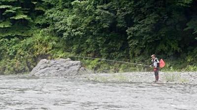 溪邊野釣遇詭異老伯!男大生上前攀談 驚見「人形魚餌」