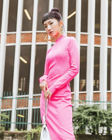 ▲孟美岐身穿粉紅貼身裙裝參加時裝週。(圖/翻攝自Instagram/m.meiqi7)
