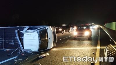 小貨車國道驚險爆胎撞成「中線擎天柱」