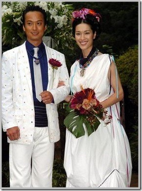 ▲▼山本未來和椎名桔平結婚時的穿著,全由爸爸山本寬齋設計。(圖/翻攝自日網)