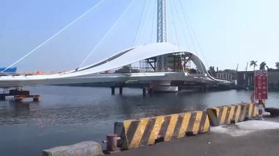 全台首座水平旋轉橋船就分開 高雄大港橋預計年底完工