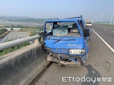 即/貨車撞國道護欄駕駛噴飛 斜張橋下尋獲遺體