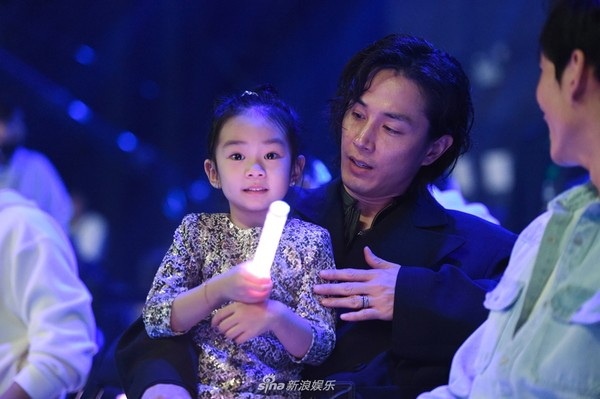 ▲老公李承鉉與女兒Lucky在台下應援。(圖/翻攝自微博/新浪娛樂)
