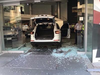 開保時捷 衝車商大廳 被判4月