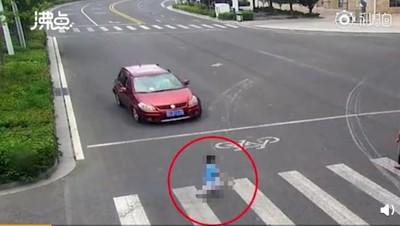 追奶奶過馬路 男童闖紅燈慘被撞飛