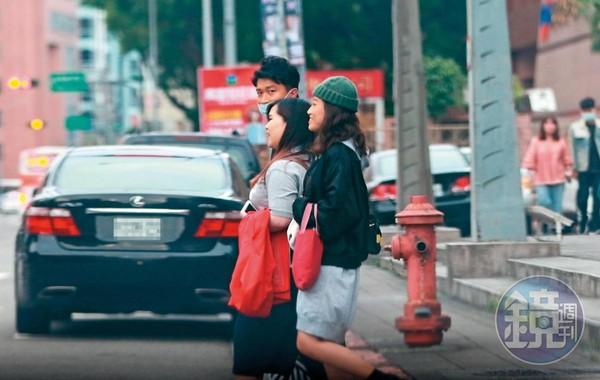 10/23 16:34 剛從電視台錄完影的張立東(左),與貌似工作人員的2位女子有說有笑的準備穿越馬路牽他的賓士愛車。