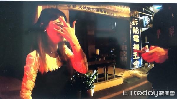 ▲台南市警二分局海安派出所巡佐郭建政、警員王威雲,見陳女暗夜獨自一人,且未穿鞋子在路旁邊走邊哭,主動上前關懷了解狀況,意外查獲「多條通」之通緝犯。(圖/記者林悅翻攝)