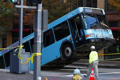 馬路出現恐怖大洞 公車慘被「吃掉」