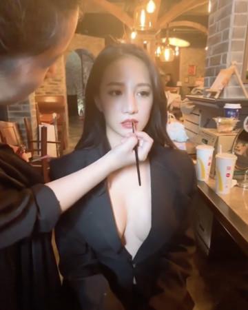 ▲林采緹西裝外套「裡面沒穿」。(圖/翻攝自林采緹Instagram)