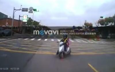 熊貓外送員逆向行駛 差點被撞