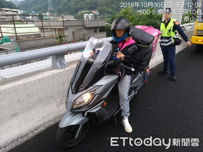 19歲熊貓外送妹「無照騎重機」誤上國道