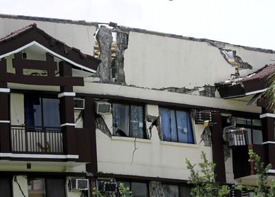 菲律賓6.5地震5死 大樓被震毀