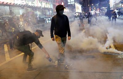 美聯社:北京欲等港人責怪示威者再介入