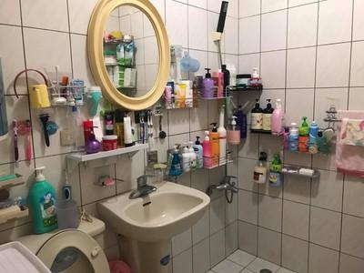 浴室塞滿清潔用品 網:8代同堂