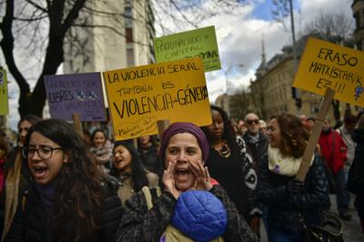 西班牙5男撿屍、輪暴少女 竟被判無罪