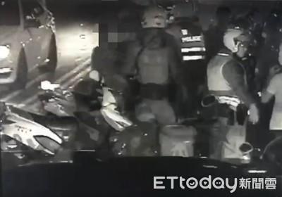 行車糾紛4人街頭鬥毆 慘遭警辣椒水洗臉