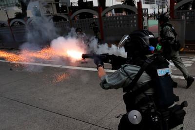 香港多區抗議 女記者手臂中催淚彈