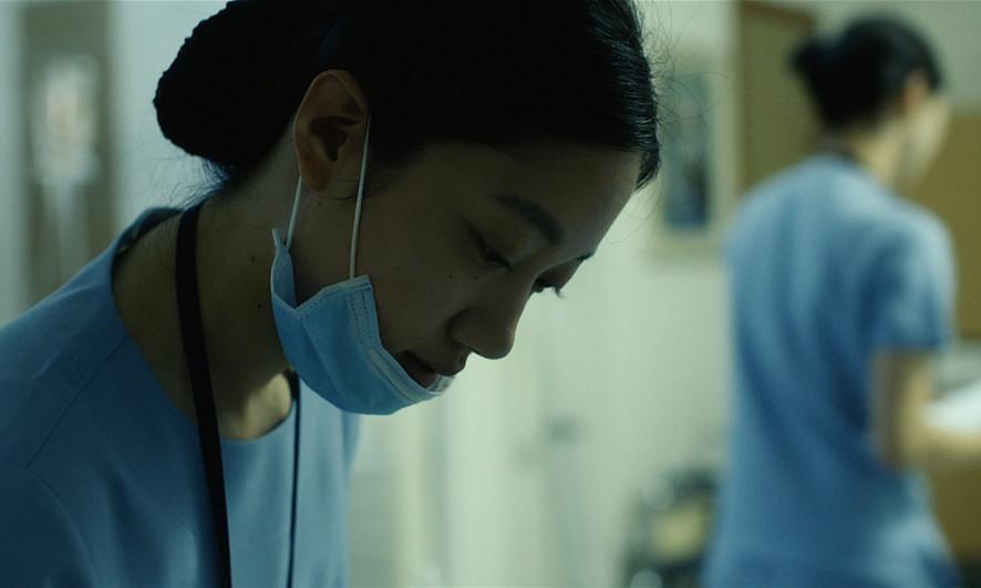 ▲▼護士半夜被病患要求削蘋果(示意圖,電影《내 차례》劇照/翻攝自Naver Movie)