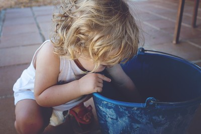 2歲女跌水桶亡 父母看溺斃新聞