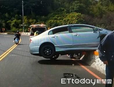 男開車過彎失控 衝護欄車懸空險掉下山