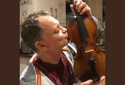900萬小提琴忘火車上 驚喜尋回