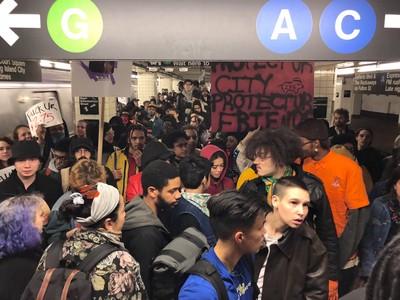 紐約千名示威者衝地鐵 控警濫暴