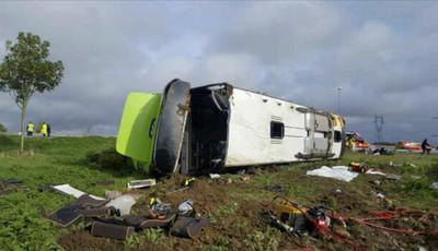 法巴士翻覆33傷 車身破洞擋風玻璃碎