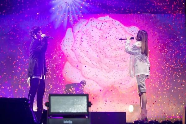 ▲蔡依林和阿信演唱《玫瑰少年》。(圖/翻攝自臉書/蔡依林)