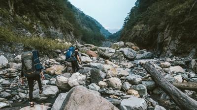 溪裡就能泡湯!南投秘境「樂樂谷溫泉」藏身古道 邊泡還能綜覽玉山美景