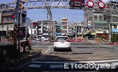 轎車硬闖平交道卡在鐵軌中 他霸氣舉動救人