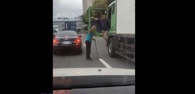 越級打怪!疑行車糾紛阿伯棍棒砸貨車嗆「下來」