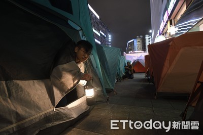 百人夜宿東區提居住正義 「郭董該來睡睡看」
