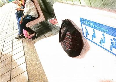 台女包包丟長椅 大馬女看呆:治安那麼好?