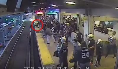 乘客落軌 捷運員工一個箭步拉起救命