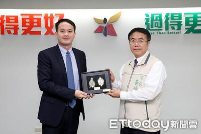林淵淙將成果獎項獻給市長黃偉哲