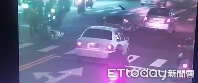 高雄警處理車禍遭機車撞倒!騎士酒駕被抓包